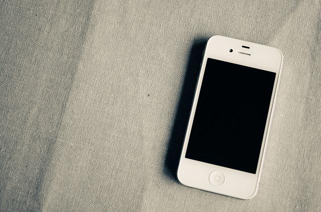 bílý smartphone
