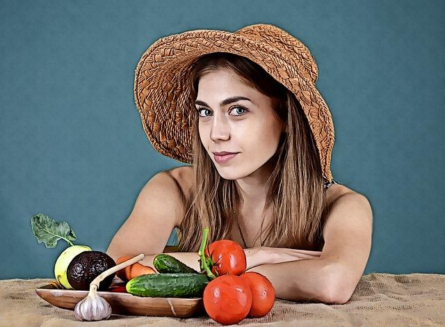 spokojená žena u zeleniny